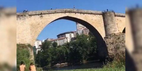 Chico se tira al Miño desde lo alto del Puente Romano