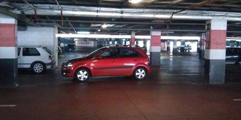 Coche mal aparcado en Carrefour