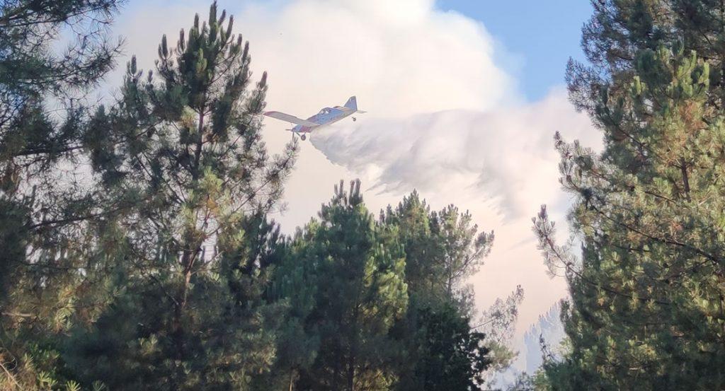 Avioneta soltando agua en incendio en Moreiras