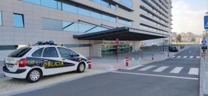 Chuo de Ourense con coche de policía