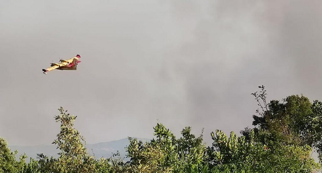 Hidroavión trabajando en el incendio de Toén