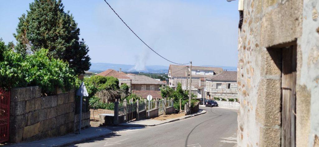 Incendio en Ourense visto desde el concello de A Merca