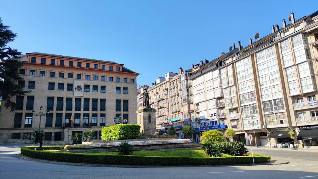 Palacio de Justicia y estatua de Concepción Arenal