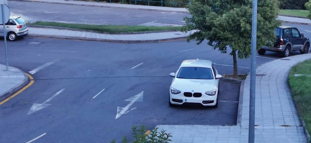 BMW mal aparcado
