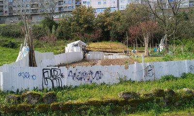 Cierre de finca con persianas en A Valenzá