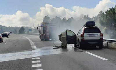Coche incendiado en autovía