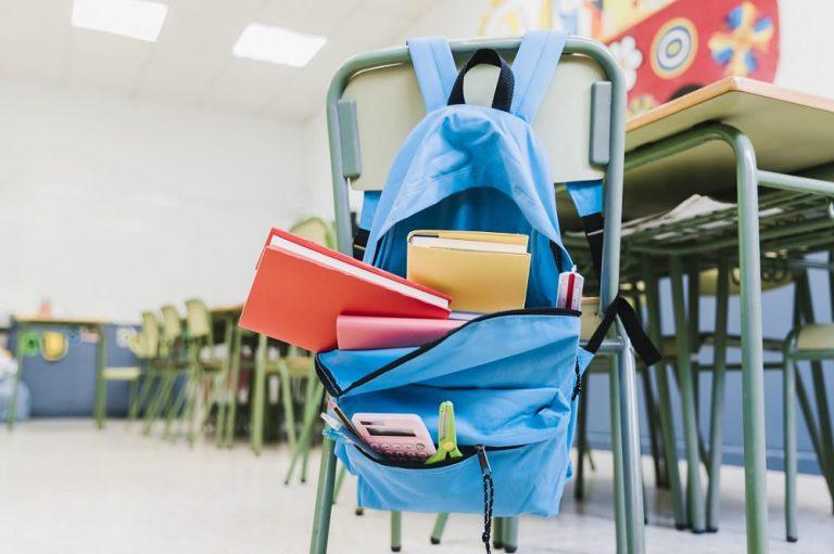 Colegio con pupitres y libros
