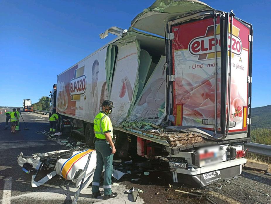 Guardia Civil junto a camión accidentado