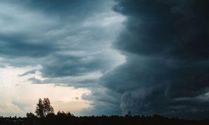 Mal tiempo con nubes y lluvia