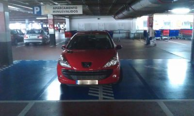 Aparcado en dos plazas de minusválidos en Carrefour