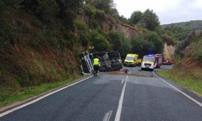 Hormigonera volcada en accidente en A Veiga