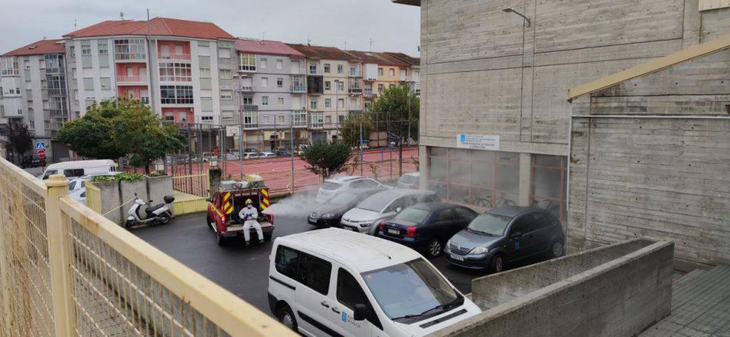 Bomberos desinfectando en el barrio de A Carballeira