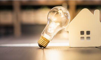 Bombilla iluminando casa gracias a la electricidad