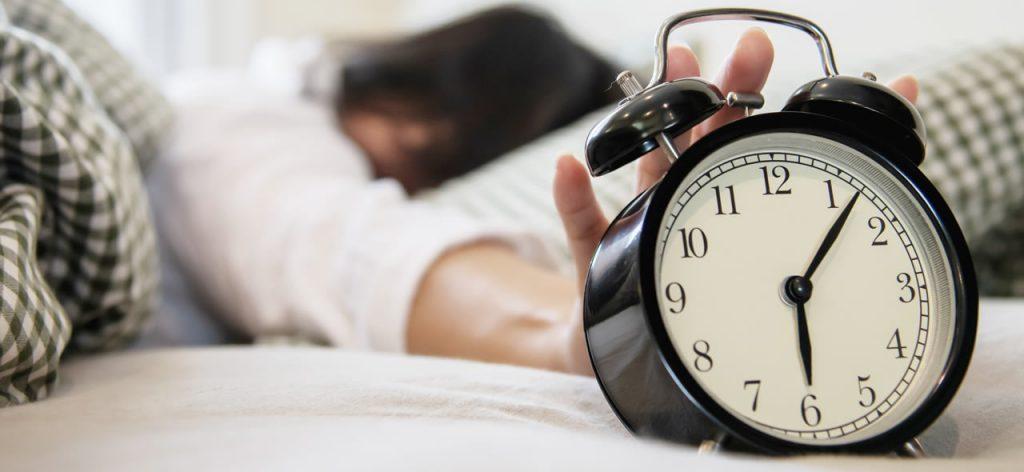 Despertador en cama