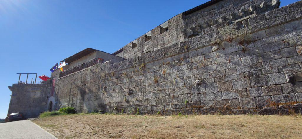 Fachada principal del Castillo de Maceda
