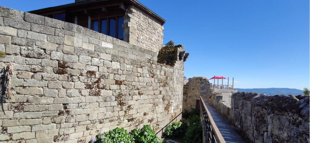 Paseando por las murallas del Castillo de Maceda