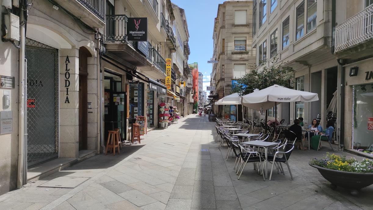 Calle con terrazas en O Carballiño