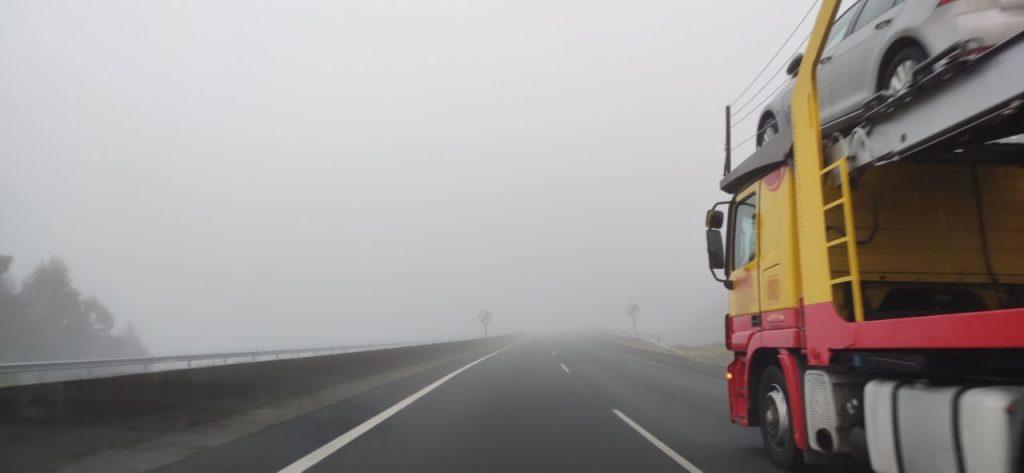 Camión por la autovía con niebla