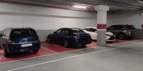 Coches mal aparcados en el parking del Leroy Merlin de Ourense