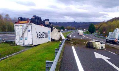 Trailer volcado en el accidente de la A52