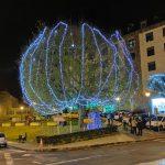 Árbol de Navidad junto a Mercadona