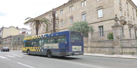Autobús de Ourense junto al Obispado