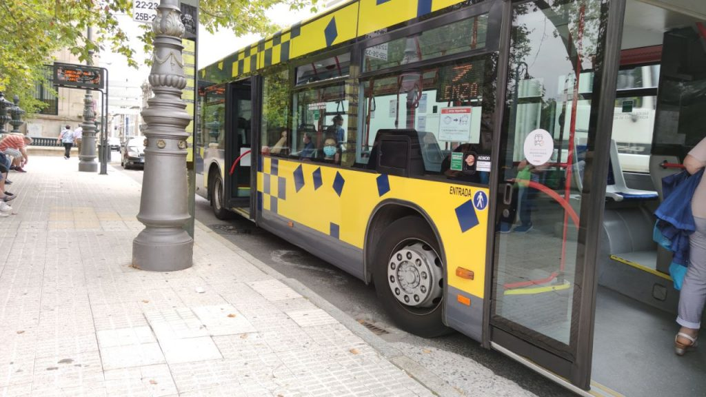 Autobús en parada de la Alameda