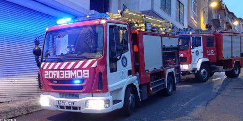 Bomberos en incendio Maceda
