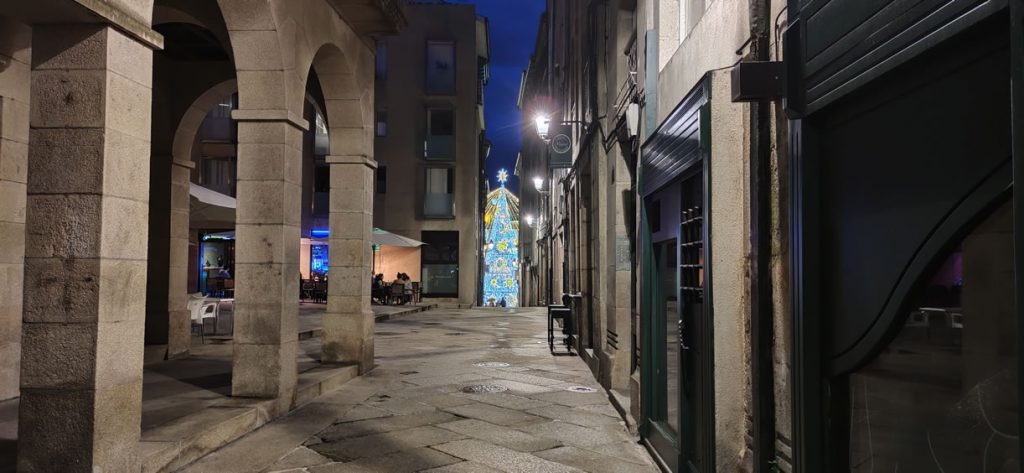 Calle Arcedianos con luces al fondo
