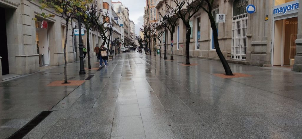 Calle Paseo mojada por la lluvia