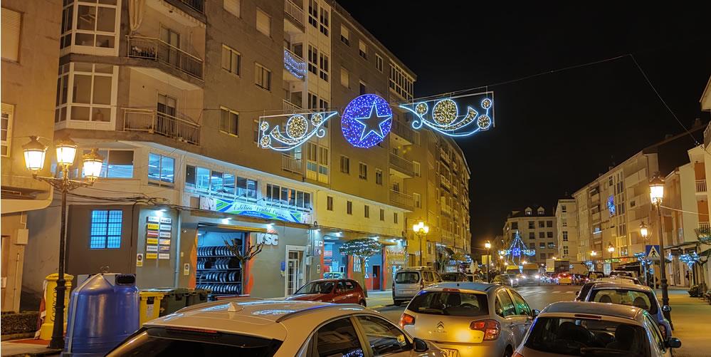 Calle de A Valenzá iluminada en Navidad