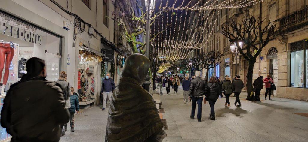 Calle del Paseo con estatua de la Lechera en Navidad