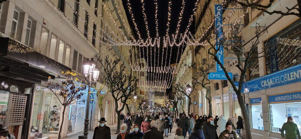 Calle del Paseo con luces de Navidad