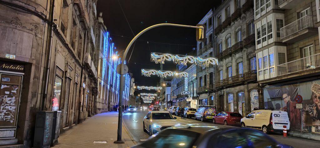 Calle progreso con luces de Navidad