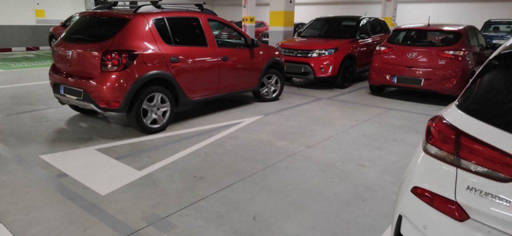 Coches mal aparcados en Leroy Merlin