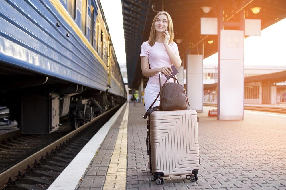 Estudiante con maleta en viaje en tren