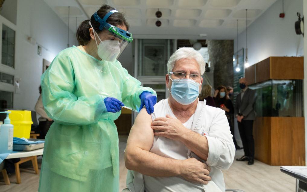 Nieves Cabo Vidal es la primera en recibir la vacuna contra el COVID 19