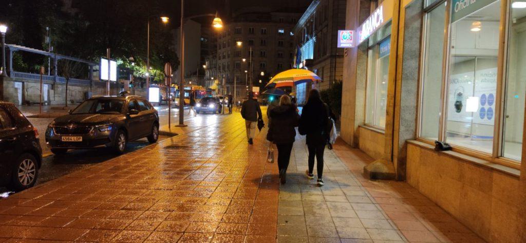 Parque de San Lázaro y centro de Ourense de noche y con lluvia