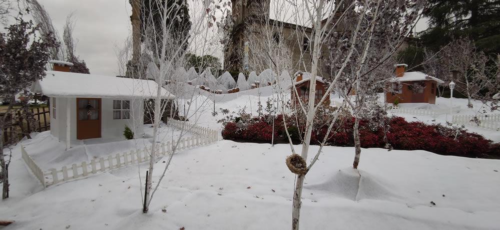Pueblo bajo la nieve en Navidad