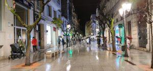 Rúa Paseo bajo la lluvia de noche