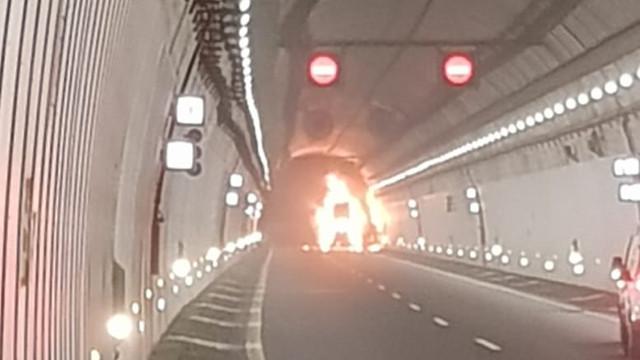 Camión ardiendo en el túnel de A Cañiza