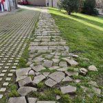 Losas rotas en el camino de la Molinera