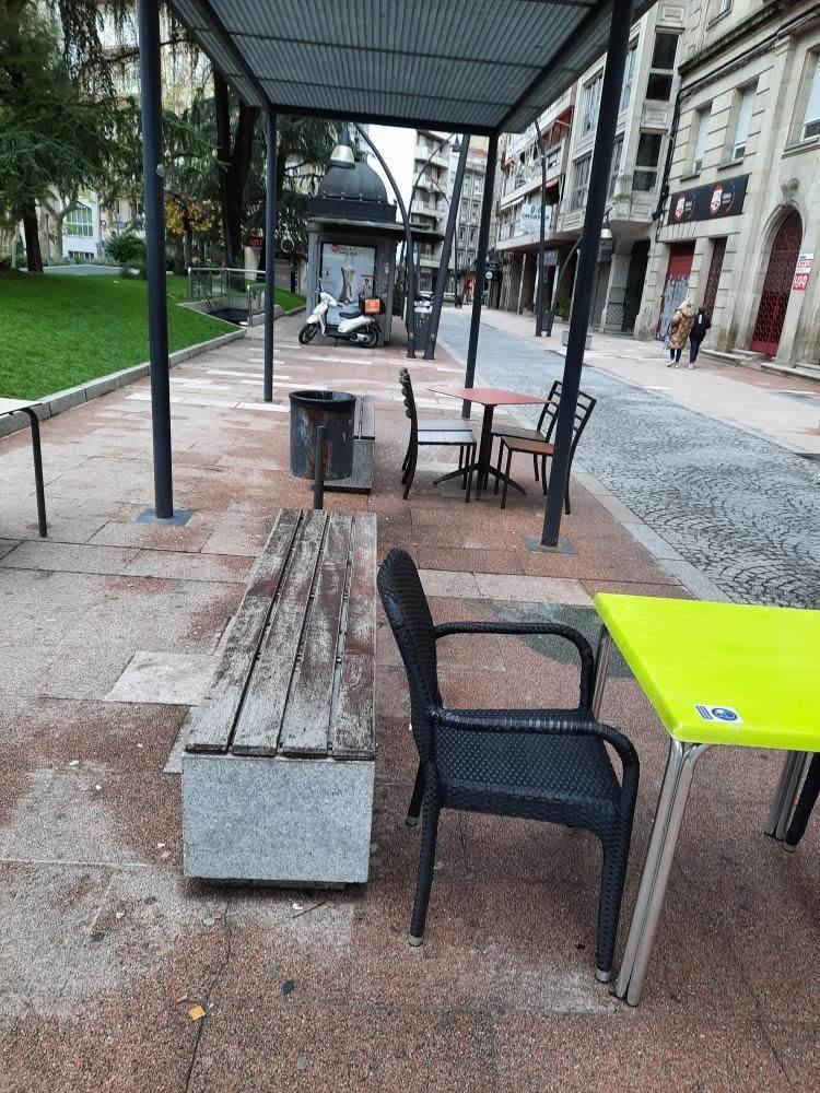 Mesas junto a banco