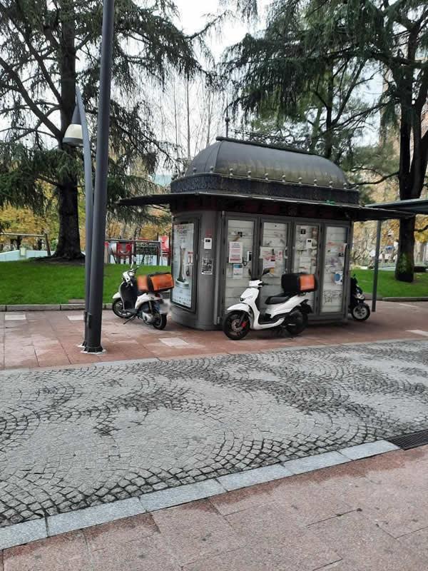 Motos rodeando kiosko