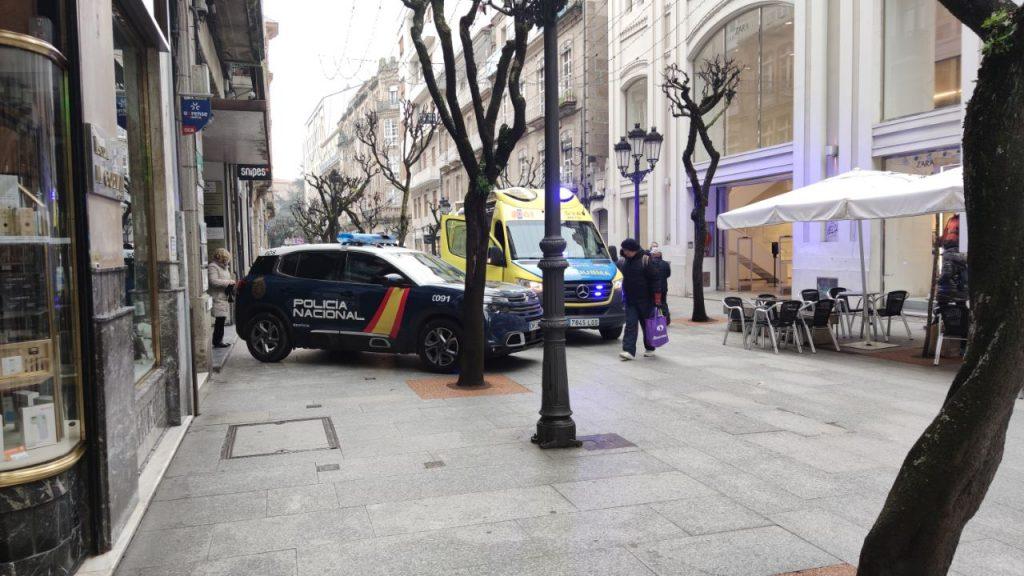 Policía Nacional y Ambulancia en O Paseo
