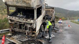 Camión accidentado en la A-52