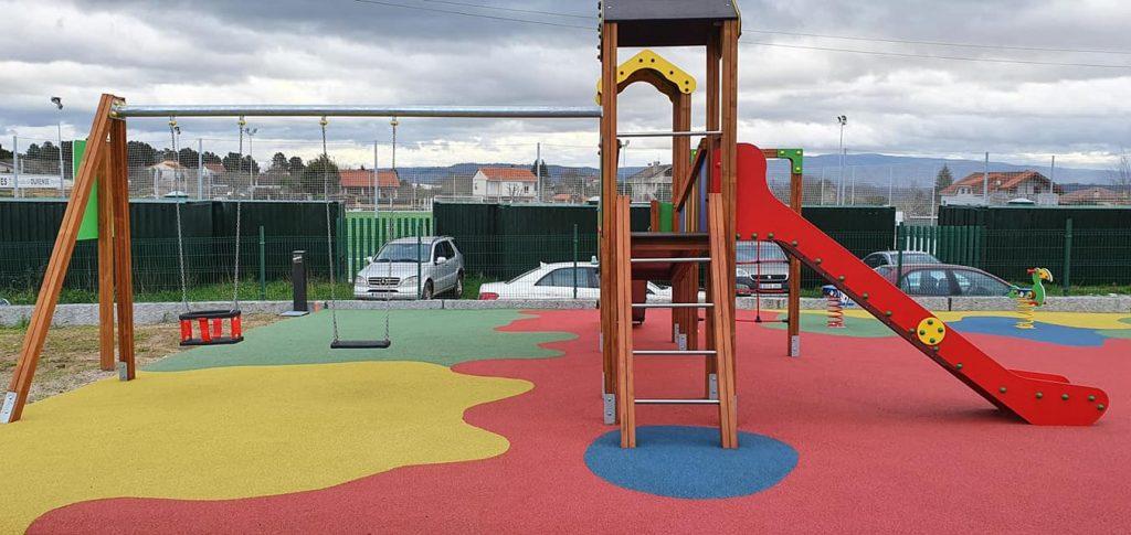 Columpios en Parque Infantil de Vilar de Astrés