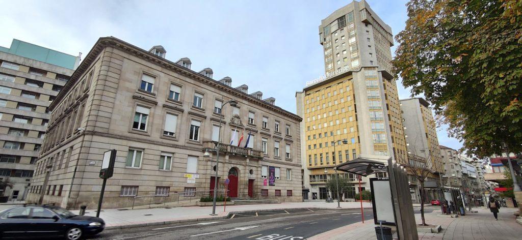 Gobierno Civil con Hotel Barceló en la Torre y Parque de San Lázaro