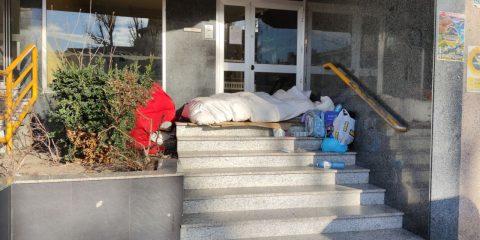 Persona sin techo durmiendo en la calle