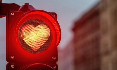 Semáforo con un corazón rojo de amor